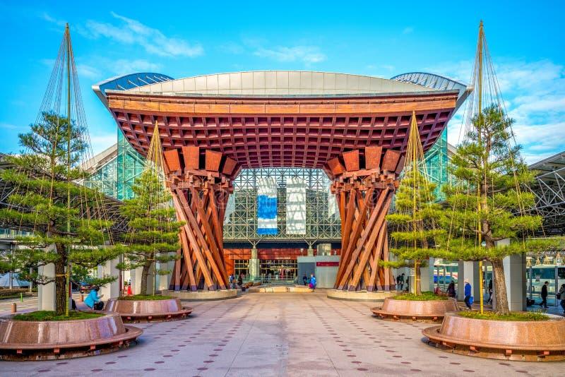 La puerta de tambor de Tsuzumi en el JR estación de Kanazawa foto de archivo