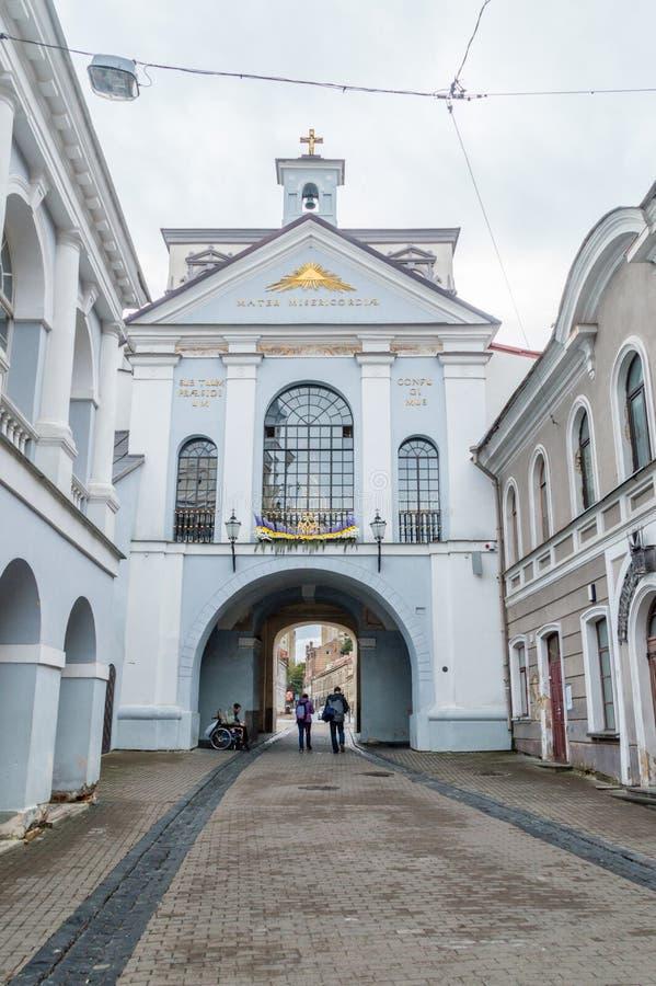 La puerta del amanecer en Vilna, la capilla de nuestra señora de la puerta del amanecer está en el centro detrás de la ventana de fotografía de archivo libre de regalías