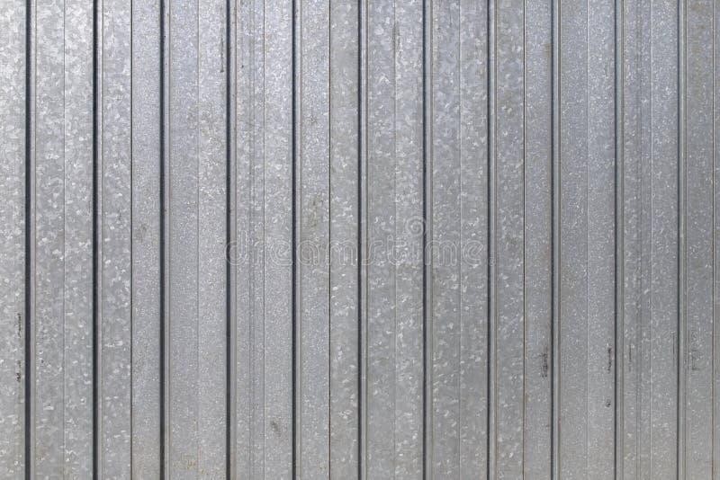 La puerta del garaje peló la textura, fondo de la textura del panel del metal imagenes de archivo