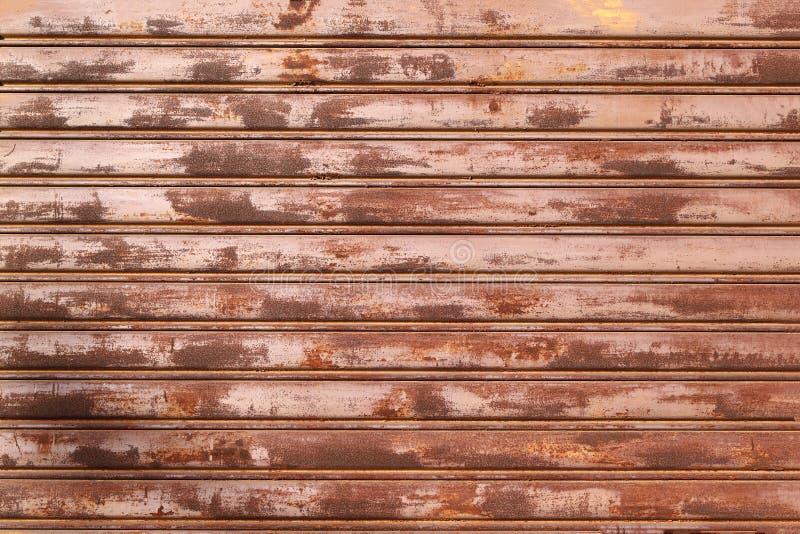 La puerta del garaje peló la textura, fondo oxidado de la textura del panel del metal imagen de archivo libre de regalías
