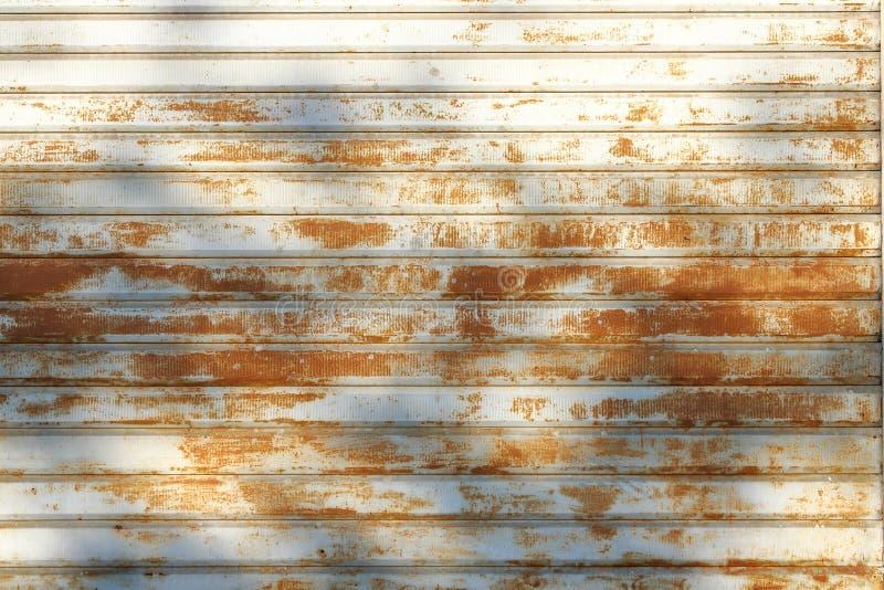 La puerta del garaje peló la textura, fondo oxidado de la textura del panel del metal fotos de archivo libres de regalías