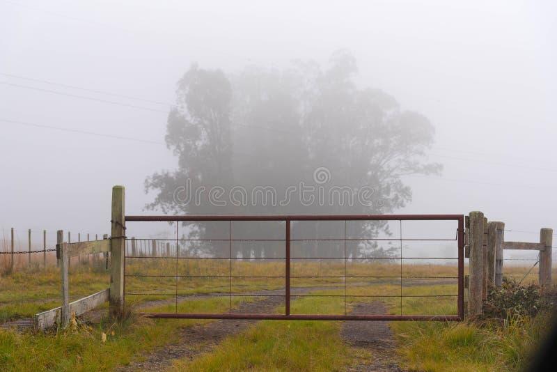 La puerta del hierro y la mañana serena del invierno imagen de archivo libre de regalías