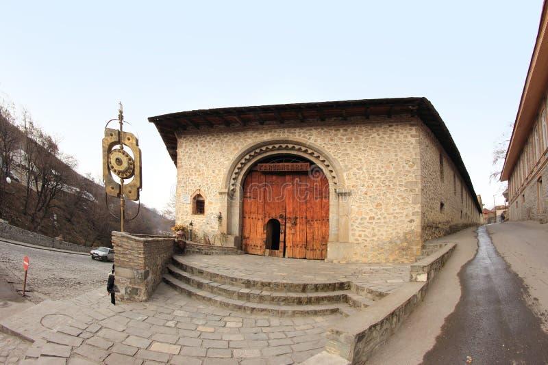 La puerta del serai de la caravana de Ashagi en la ciudad de Sheki, Azerbaijan fotos de archivo