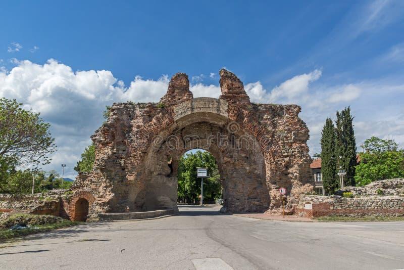 La puerta del sur conocida como los camellos de romano antiguo, fortalecimientos en Diocletianopolis, ciudad de Hisarya, Bulgaria fotos de archivo libres de regalías