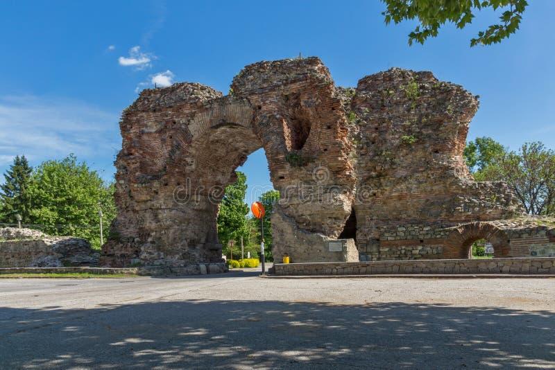La puerta del sur conocida como los camellos de romano antiguo, fortalecimientos en Diocletianopolis, ciudad de Hisarya, Bulgaria foto de archivo libre de regalías