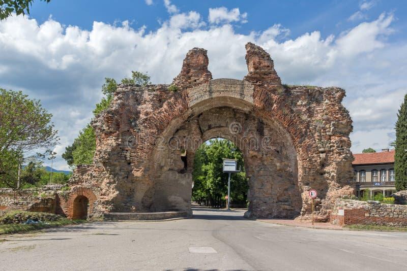La puerta del sur - los camellos de fortalecimientos romanos antiguos en Diocletianopolis, ciudad de Hisarya, Bulgaria fotos de archivo