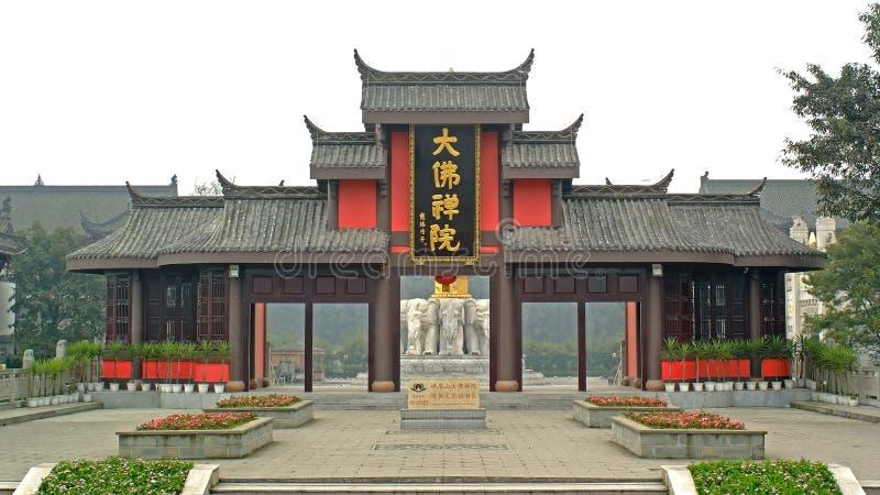 La puerta del templo budista de Buda del gigante de Leshan imagenes de archivo