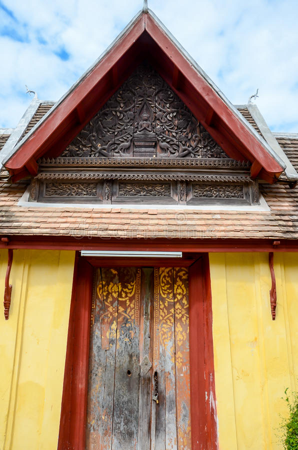La puerta del templo de Saket es un templo budista antiguo en Vientián fotografía de archivo libre de regalías