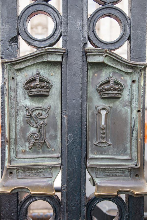 La puerta del tubo principal del Buckingham Palace fotografía de archivo libre de regalías