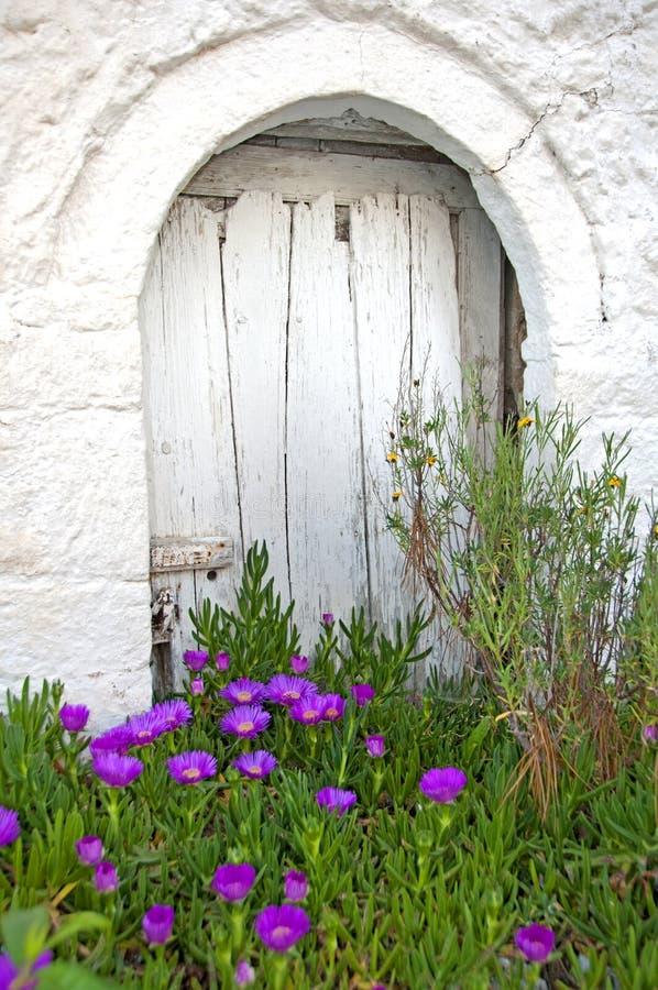 ¡La puerta detrás de las flores! imagenes de archivo