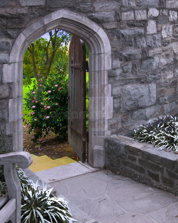 La puerta en verano imagen de archivo
