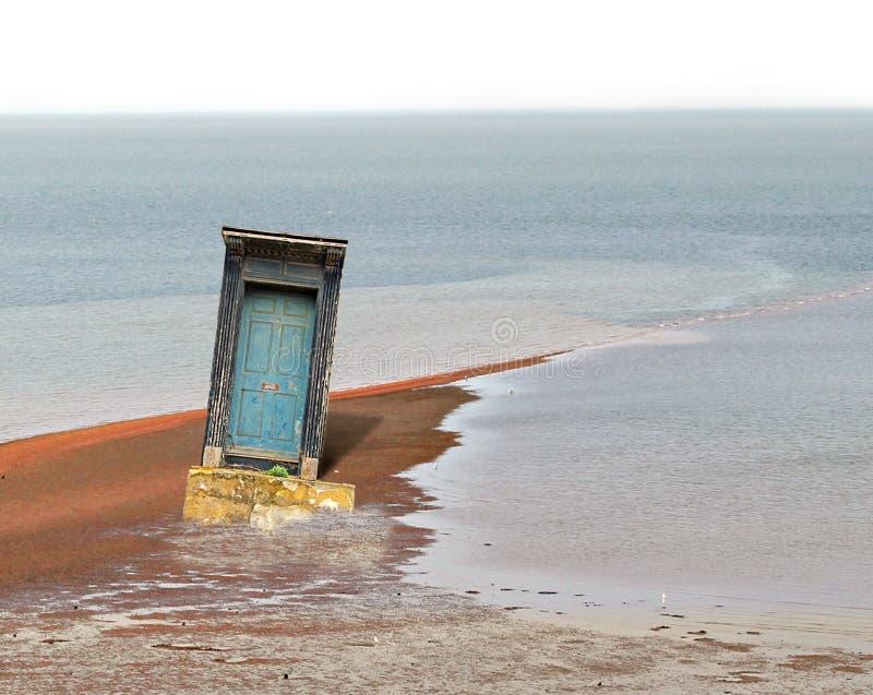La puerta expuesta durante la bajamar abstrae imagen de archivo