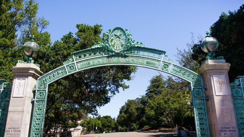 La puerta histórica de Sather en el campus de la Universidad de California en Berkeley es una señal del prominenet que lleva a la imagenes de archivo