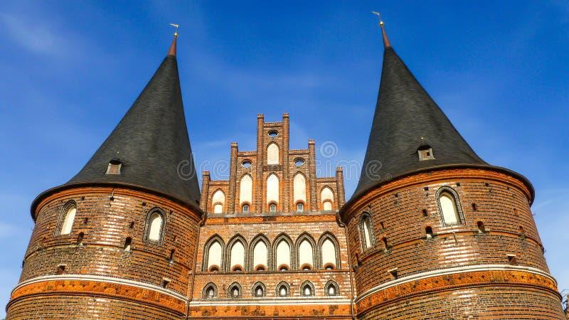 La puerta Holstentor de Holsten en Lubeck, tierra Schleswig-Holsteinten, Alemania del norte imagenes de archivo
