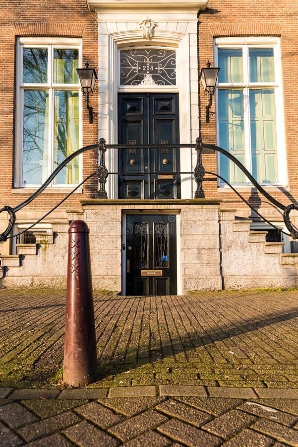 La puerta los pasos y una mañana soleada en Amsterdam fotografía de archivo libre de regalías