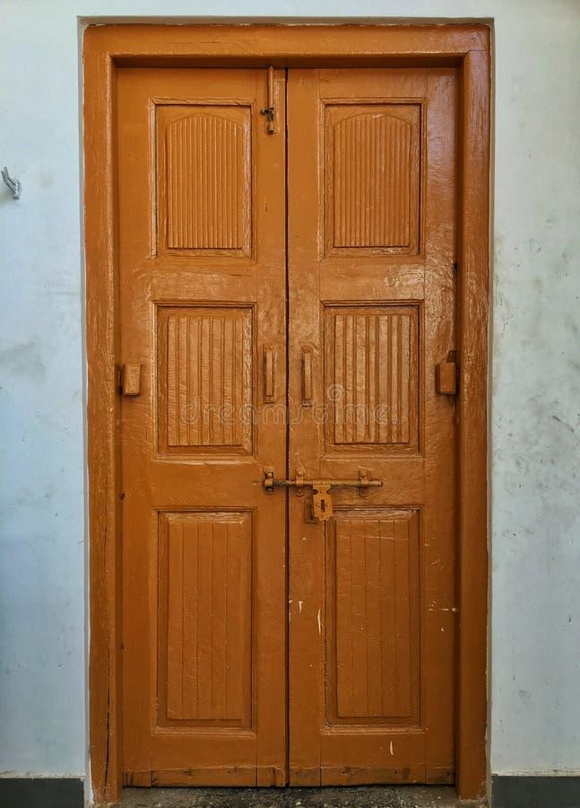 La puerta marr?n foto de archivo