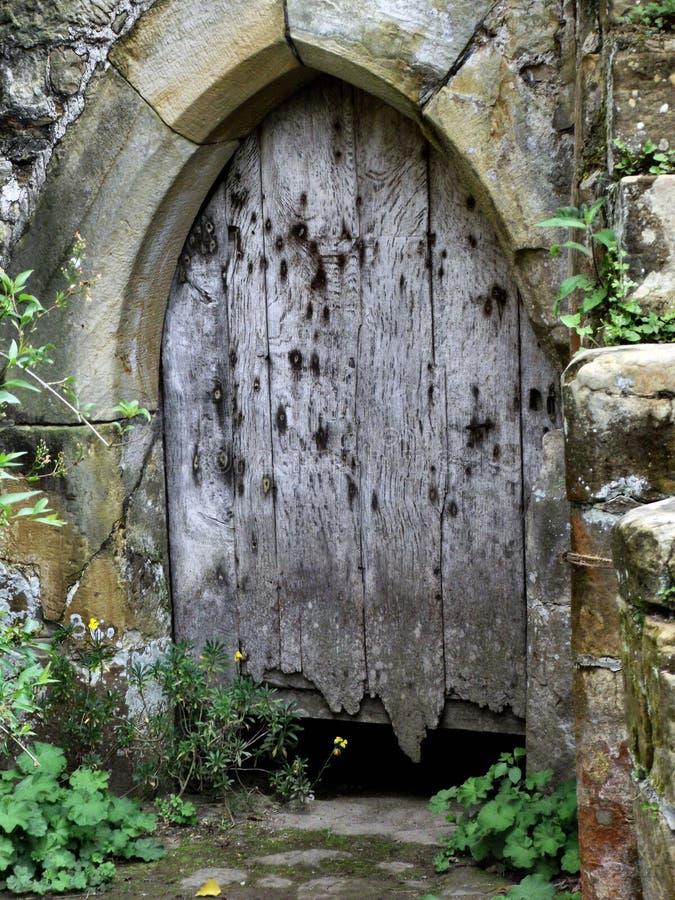 La puerta olvidada vieja foto de archivo libre de regalías