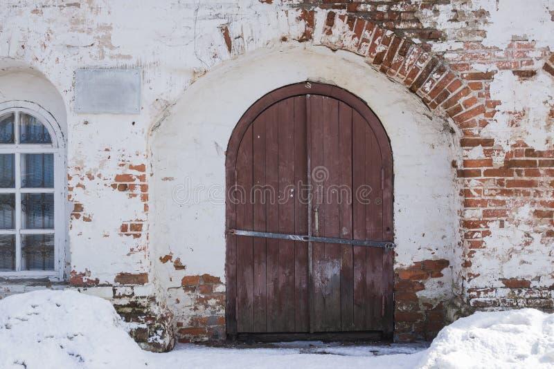 La puerta principal est? en una pared de piedra antigua, el metal viejo que se cierra la puerta del hierro labrado Cerradura cerr imagenes de archivo