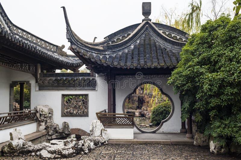 La puerta redonda en jardín del estilo chino imagenes de archivo