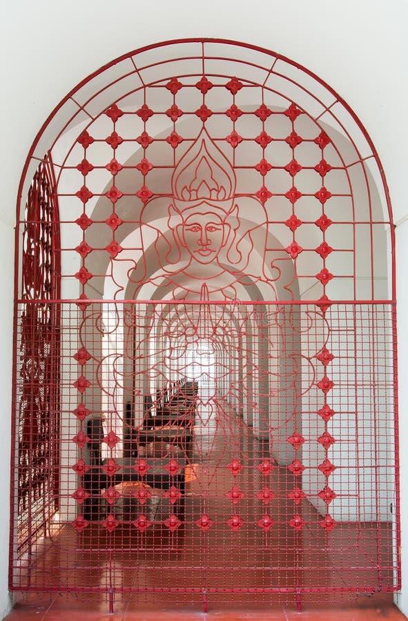 La puerta roja de la parrilla imágenes de archivo libres de regalías