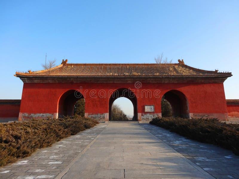 La puerta roja grande a las tumbas de Ming imágenes de archivo libres de regalías