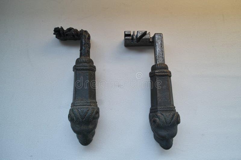 La puerta romana antigua cierra original y la reproducción foto de archivo