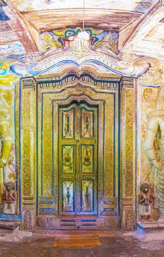 La puerta tallada en el templo de Padeniya foto de archivo