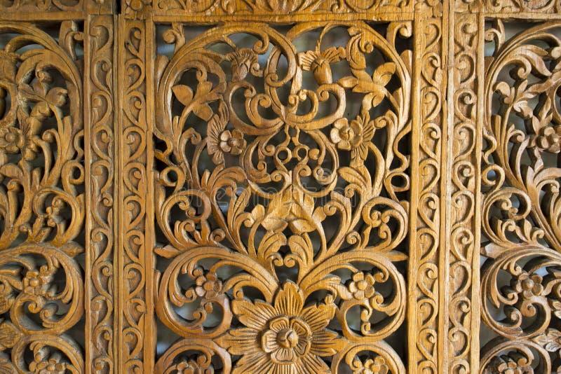 La puerta tallada madera imagen de archivo