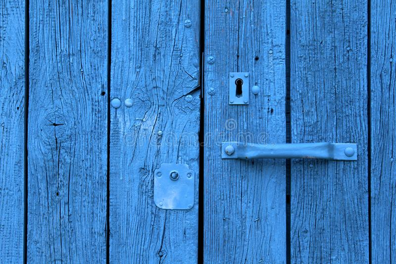 La puerta vieja agrietada pintó azul imágenes de archivo libres de regalías