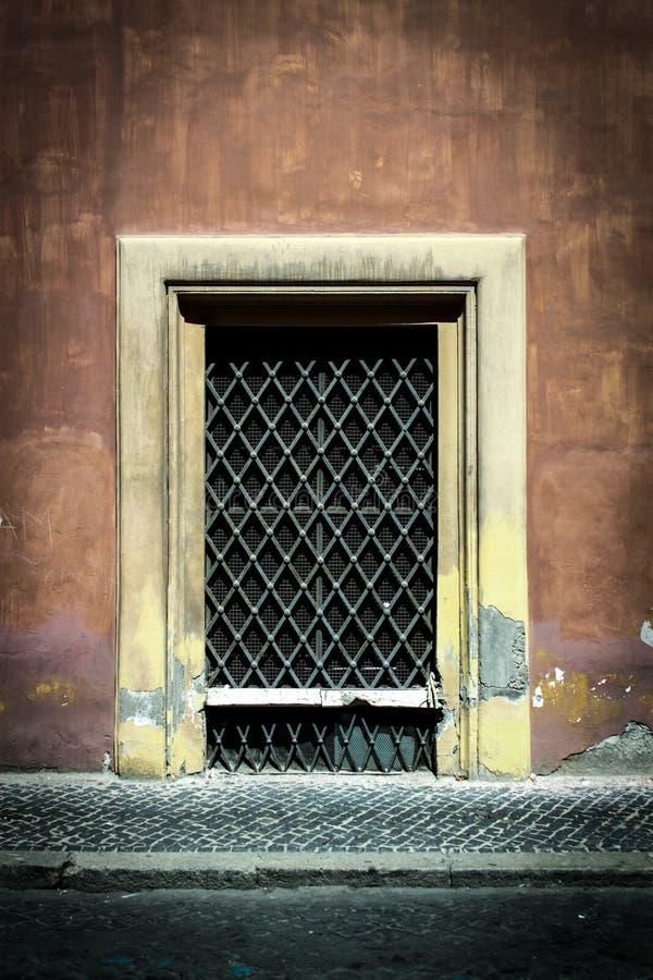 La puerta vieja de Decrepid coloca la prueba del tiempo foto de archivo