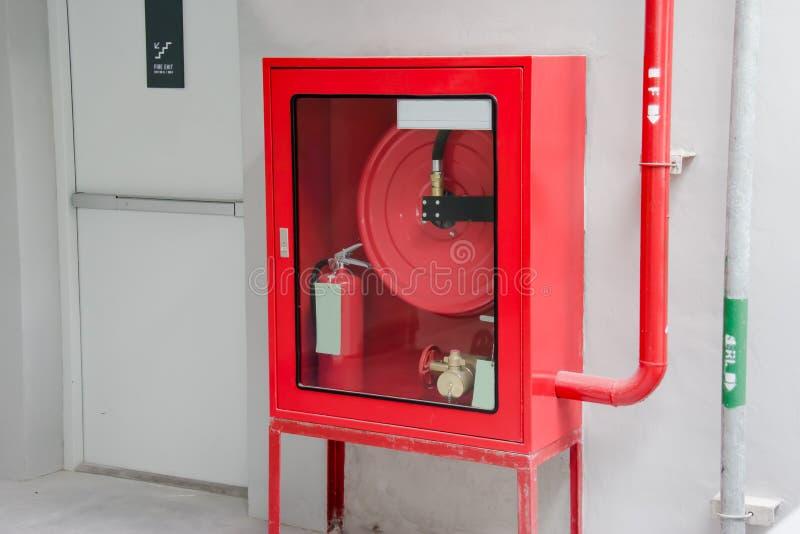 La puerta y el fuego de la salida de socorro extinguen el equipo fotos de archivo libres de regalías