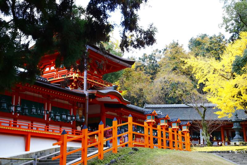 La puerta y el pasillo medios de Kasuga-taisha imagenes de archivo
