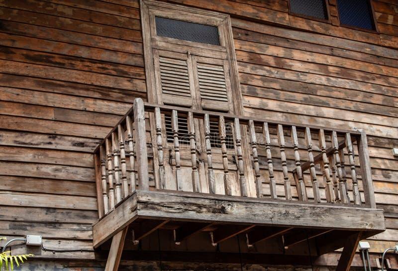 La puerta y una terraza de madera fotos de archivo libres de regalías