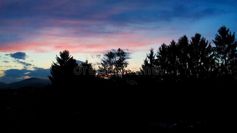 La puesta de sol de abril en Eslovenia fotos de archivo
