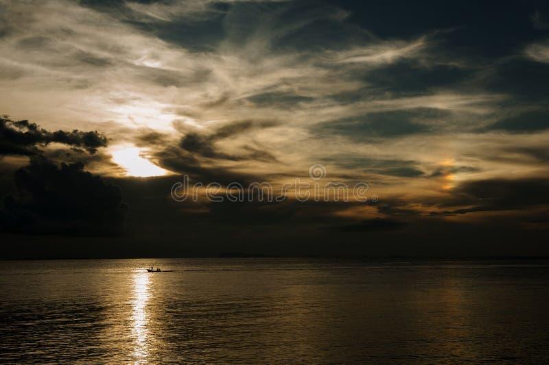 La puesta del sol Boath de KohPhangan Tailandia se nubla el arco iris fotografía de archivo