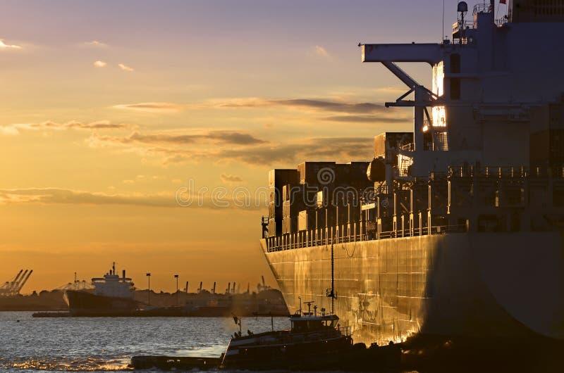 La puesta del sol Cargo-Expide fotos de archivo