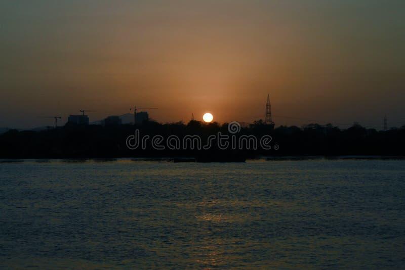 La puesta del sol cerca del río fotos de archivo