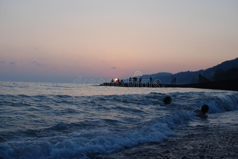 La puesta del sol considera verano imagen de archivo