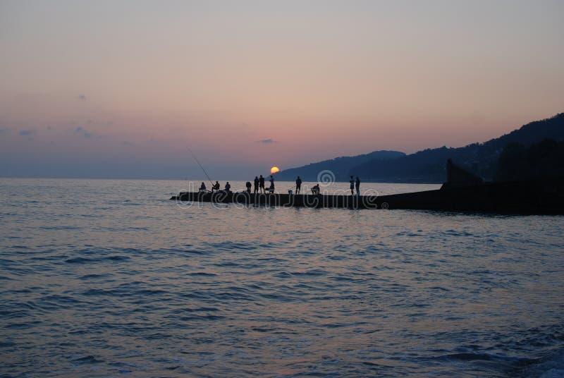 La puesta del sol considera verano foto de archivo