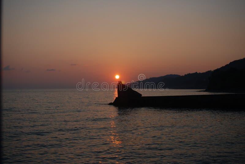La puesta del sol considera verano fotos de archivo
