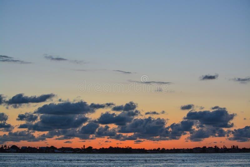 La puesta del sol de la Florida en el canal costero inter en Belleair fanfarronea foto de archivo libre de regalías