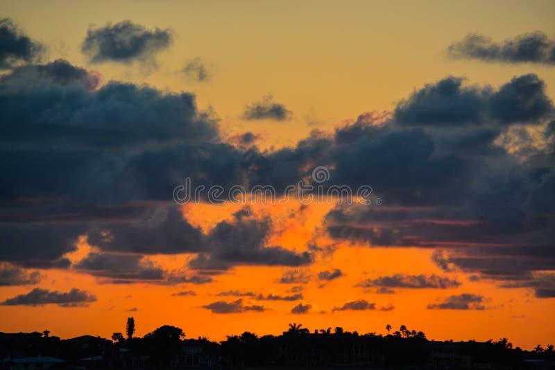 La puesta del sol de la Florida en el canal costero inter en Belleair fanfarronea imagen de archivo
