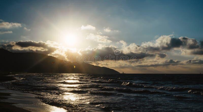 La puesta del sol de la luz del sol en el océano del horizonte en la atmósfera del paisaje marino del fondo irradia salida del so imagenes de archivo