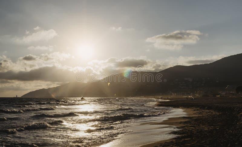 La puesta del sol de la luz del sol en el océano del horizonte en la atmósfera del paisaje marino del fondo irradia salida del so fotos de archivo