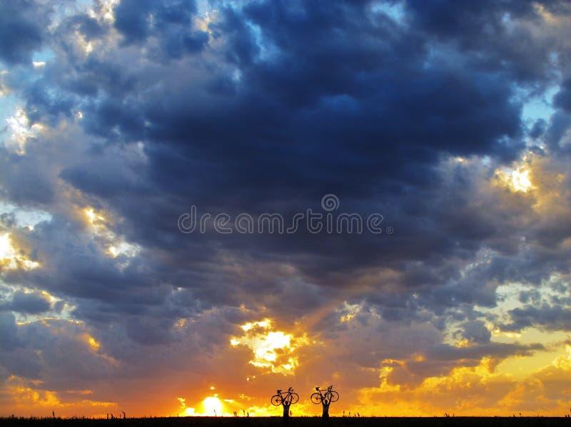 La puesta del sol del ciclista fotos de archivo