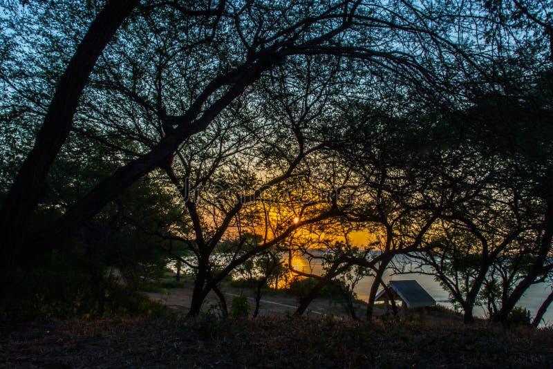 La puesta del sol dentro fotos de archivo libres de regalías