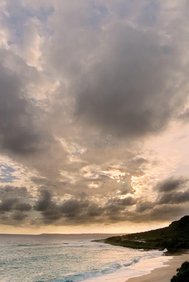La puesta del sol dramática se nubla en cielo sobre el océano fotos de archivo