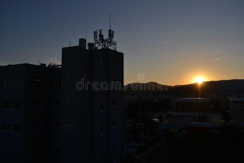 La puesta del sol en la ciudad de Gyeoungju, Corea El sol ocultado detrás del moun imagen de archivo libre de regalías
