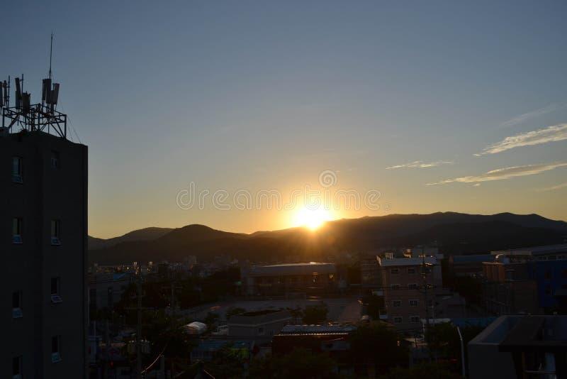 La puesta del sol en la ciudad de Gyeoungju, Corea El sol ocultado detrás del moun fotos de archivo libres de regalías