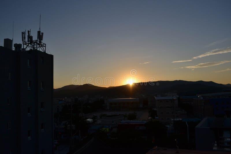 La puesta del sol en la ciudad de Gyeoungju, Corea El sol ocultado detrás del moun fotografía de archivo libre de regalías
